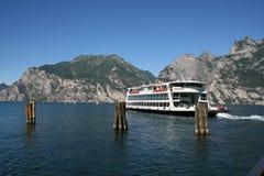 Autoveerboot op Meer Garda, Italië. Royalty-vrije Stock Foto