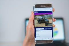 Autovektor COM-Website ge?ffnet auf dem Mobile stockfotos