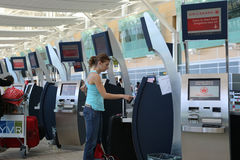 Autoverifica nel contatore dentro l'aeroporto di YVR Fotografia Stock