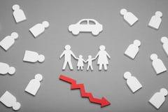 Autoverkäufe, Automobilkosten hinunter Konzept Familien-Auto lizenzfreie stockbilder