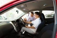 Autoverkaufskunde Stockfoto
