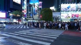 Autoverkeer bij Shibuya-zebrapad bij nacht, Tokyo, Japan stock footage