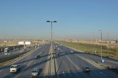 Autoverkeer, mening van de brug stock afbeelding