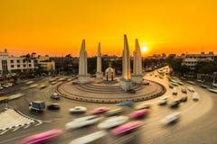 Autoverkeer met de zonsondergangachtergrond stock foto