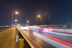 Autoverkeer op de brug Stock Foto's