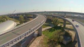 Autoverkeer op de verbinding van de stadsweg, spoorweg, mening van hierboven stock video