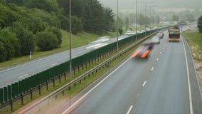 Autoverkehr auf Autobahn in Vilnius, Litauen stock video footage