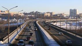 Autoverkehr auf Brücke Winterstadt Omsk Timelapse stock footage