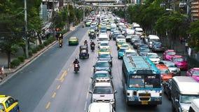 Autoverkehr auf den Straßen von Asien stock footage