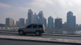 Autoverkehr auf moderner Stadtlandstraße in Zeitlupe Scharjahs UAE stock video footage