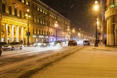 Autoverkehr auf Nevsky-Aussichtstraße in den Schneefällen Lizenzfreie Stockbilder