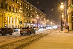 Autoverkehr auf Nevsky-Aussichtstraße im Schneesturm Lizenzfreies Stockbild
