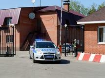 Autoverkehrspolizei geht auf Patrouillenweg Lizenzfreie Stockfotografie