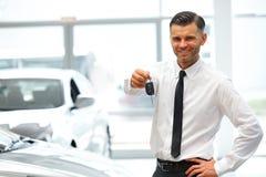 Autoverkoper Giving Key van Nieuwe Auto bij Toonzaal stock foto's