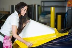 Autoverpackung, die Folie vorbereitet, um ein Fahrzeug einzuwickeln Stockbilder