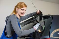 Autoverpackungen, die ein Fahrzeugfenster mit einer abgetönten Folie oder einem Film abtönen Lizenzfreie Stockfotos