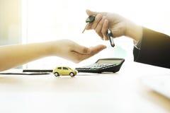 Autoversicherung, Verkauf und Kaufauto, Autofinanzierung, Autoschlüssel für Fahrzeugverkauf-Vereinbarung stockfotos