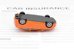 Autoversicherungskonzept mit Unfallautospielzeug legen auf Schreibtisch nieder Stockbilder