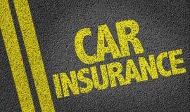 Autoverzekering op de weg wordt geschreven die Stock Fotografie