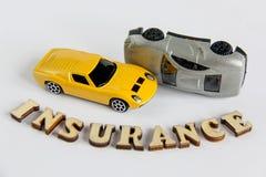 Autoverzekering op witte achtergrond met houten brievenstuk speelgoed autoneerstorting die wordt geïsoleerd royalty-vrije stock foto