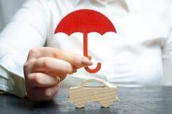 Autoverzekeringsconcept Voertuigbescherming De verzekeringsmaatschappijdiensten Veiligheid Technische Steun Miniatuur houten royalty-vrije stock foto