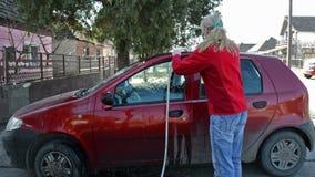 Autowas/Vrouw die Haar Auto schoonmaken stock videobeelden