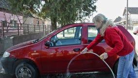 Autowas/Vrouw die Haar Auto schoonmaken stock footage