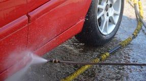 Autowashington-saubere Maschine, Autowäsche mit Schwamm und Schlauch lizenzfreie stockfotos