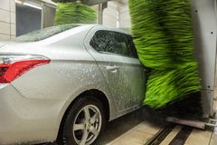 Autowashington-saubere Maschine, Autowäsche mit Schwamm und Schlauch Reinigungshochdruckwasserautos und -schaum in der waschenden lizenzfreie stockbilder