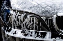 Autowasserette met zeep Stock Foto's