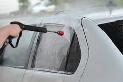 Autowasseretteclose-up Het wassen van witte moderne Auto door Hoge drukwasmachine Royalty-vrije Stock Fotografie