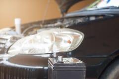 Autowerktuigkundige met hulpmiddel het werk controle en vast een oude auto engin stock foto