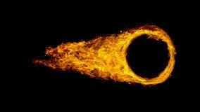 Autowiel of cirkel in vlammen wordt op zwarte backgr worden geïsoleerd gewikkeld die stock fotografie