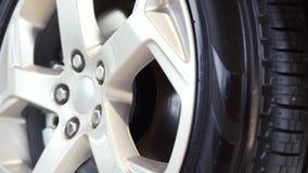 Autowiel op een autoclose-up voorraad wiel stemmende schijf Het close-up van het autowiel stock video
