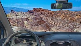 Autowindschutzscheibenansicht von Zabriskie-Punkt, Death Valley, Kalifornien stockfoto