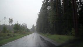 Autowischer, der wild wegen des starken Regens des starken Regens auf der Straße saust stock footage