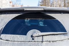 Autowisser op vuil achterruit van SUV-auto Stock Foto