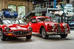 Autoworkshop voor onderhoud van klassieke Britse auto stock afbeelding