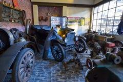 AUTOWORLD muzeum, stara samochód kolekcja pokazuje historię samochody od początku Bruksela BELGIA, GRUDZIEŃ - 05 2016 - Zdjęcie Stock