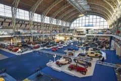 AUTOWORLD muzeum, stara samochód kolekcja pokazuje historię samochody od początku Bruksela BELGIA, GRUDZIEŃ - 05 2016 - Obrazy Stock