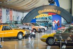 AUTOWORLD muzeum, stara samochód kolekcja pokazuje historię samochody od początku Bruksela BELGIA, GRUDZIEŃ - 05 2016 - Zdjęcie Royalty Free