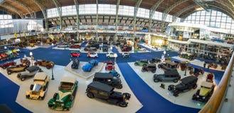 AUTOWORLD muzeum, stara samochód kolekcja pokazuje historię samochody od początku Bruksela BELGIA, GRUDZIEŃ - 05 2016 - Obraz Stock