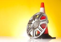 Autozubehör mit Leichtmetallrad und Verkehrskegel Stockbilder