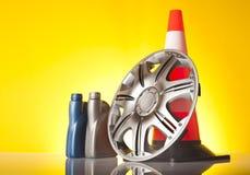 Autozubehör mit Leichtmetallrad und Verkehrskegel Stockfotografie