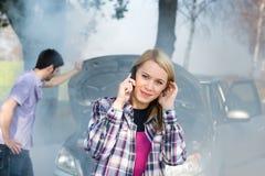 Autozusammenbruchfrauenrufen um Hilfe Stockbild