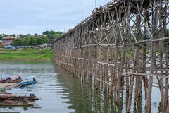 Auttamanusorn-Holzbrücke Sapan Montag, Sungkaburi Stockfoto