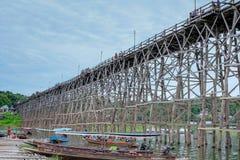 Auttamanusorn-Holzbrücke Sapan Montag, Sungkaburi Stockbild