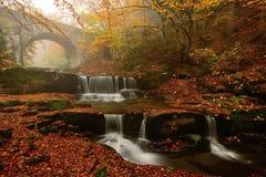 Autum färger, vattenfall och bro i det Rodopi berget, Bulgarien Royaltyfria Foton