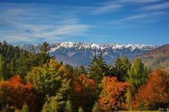 Autum landscap in Zemelen, voor de berg Brasov, Roemenië van Piatra Craiului Stock Afbeelding