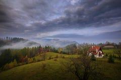 Autumlandschap in Zemelen, Transsylvanië, Brasov, Roemenië op de heuvels Royalty-vrije Stock Afbeeldingen